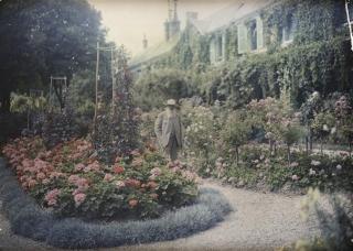 Claude Monet di fronte alla sua casa a Giverny (1921), anonimo, autochrome. Musée d'Orsay, Parigi